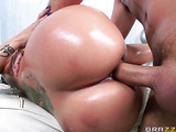 Big-ass brunette likes to fuck with her masseur